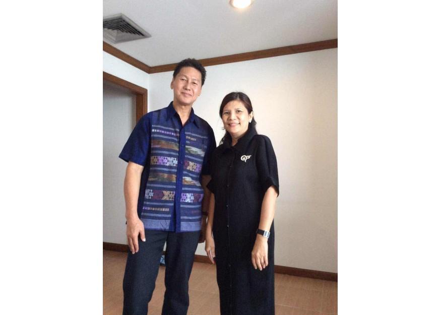 前总理操哇笠和其女儿为了支持泰拳的发展,拟定作为我拳馆的经纪人。